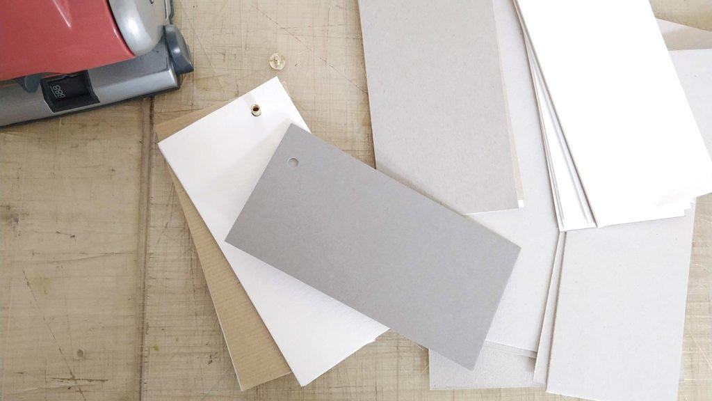Auch zum Abschluss kommt als Deckel des Skizzenbuches eine Graupappe auf die Buchschraube.