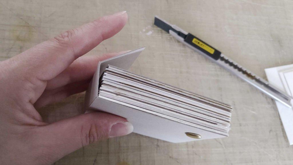 Die längere Rückpappe kann eingeritzt gut um das Skizzenbuch zum Schutz der Seiten geklappt werden.