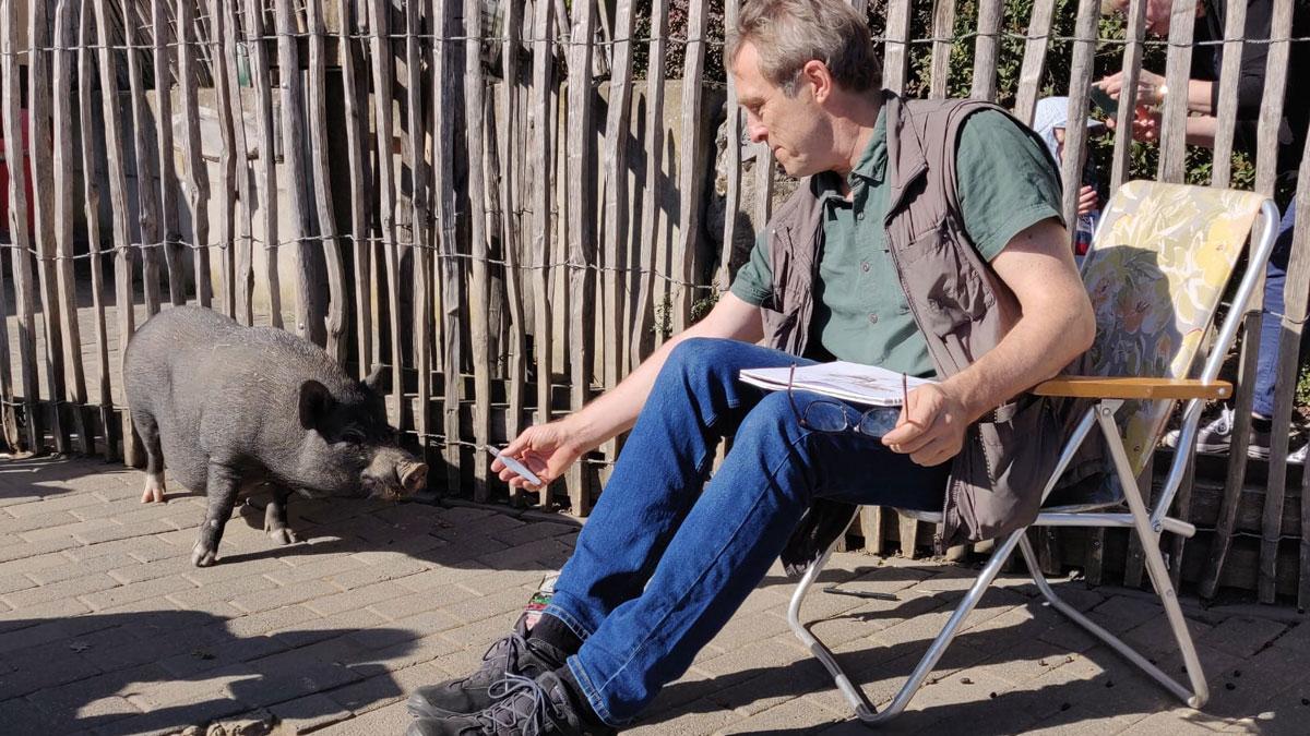 Thomas im Streichelzoo auf Tuchfühlung mit dem Schwein. Foto: Annabel Herget