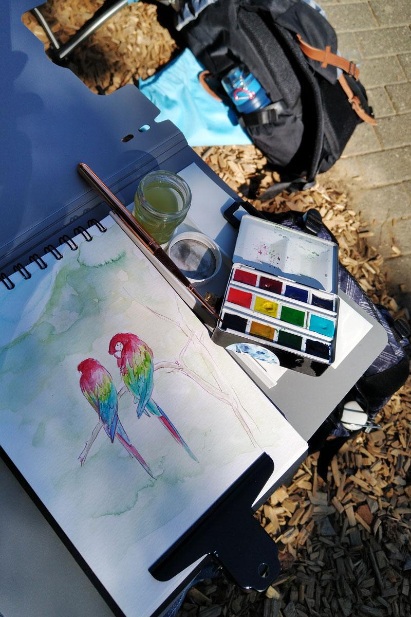 Mit dem Klemmbrett auf dem Schoß lässt es sich gut auch auf der Parkbank zeichnen.