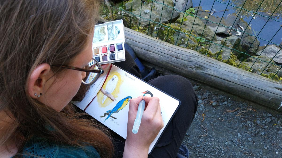 Johanne vertieft in die Zeichnung des schwarzen Schwans.