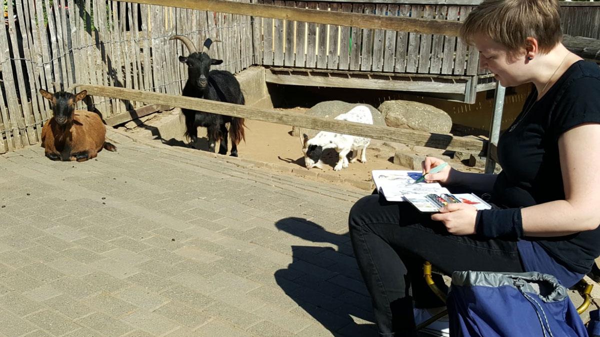 Annabel zeichnet die Ziegen des Streichelzoos. Foto: Thomas