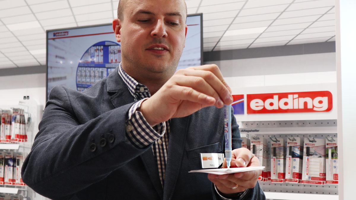 Marcel Warnt erklärt das richtige Einrichten des Edding Lackmarkers.