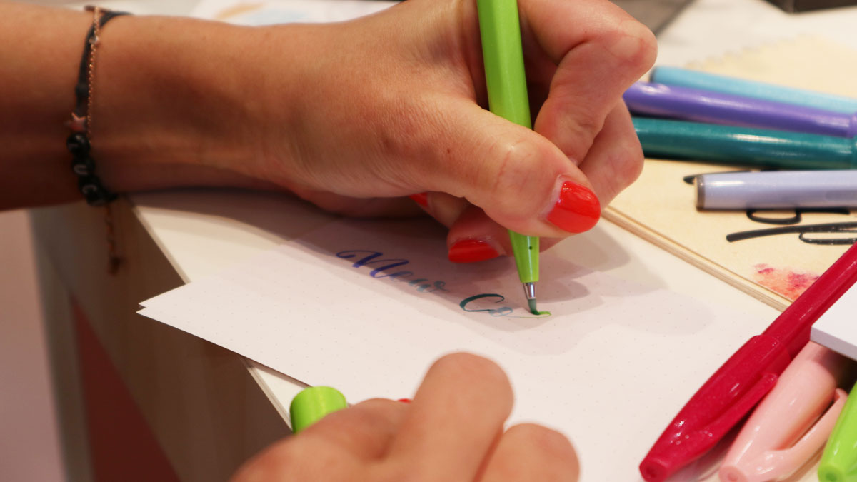 LuckyMeCaro schreibt mit den Pentel Sign Pen Brush.
