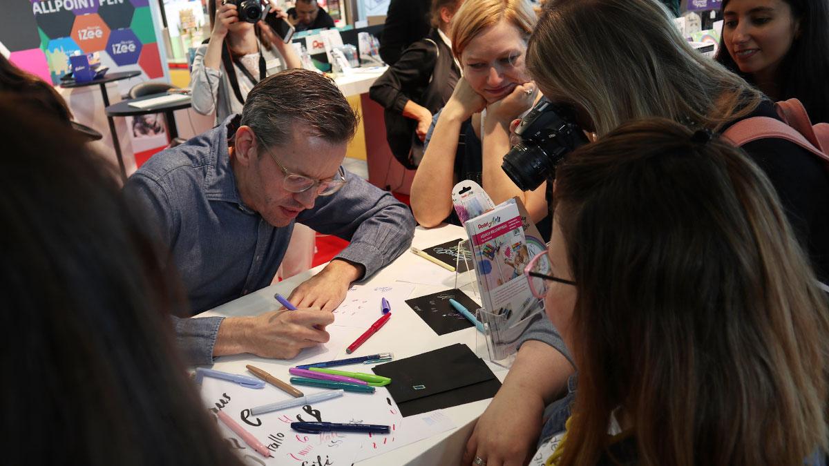 Auch mit der Bloggertour waren wir bei Pentel zu Besuch. Robert Bree zeigte den Bloggern das Handlettering mit den Pentel Sign Pen Brush.