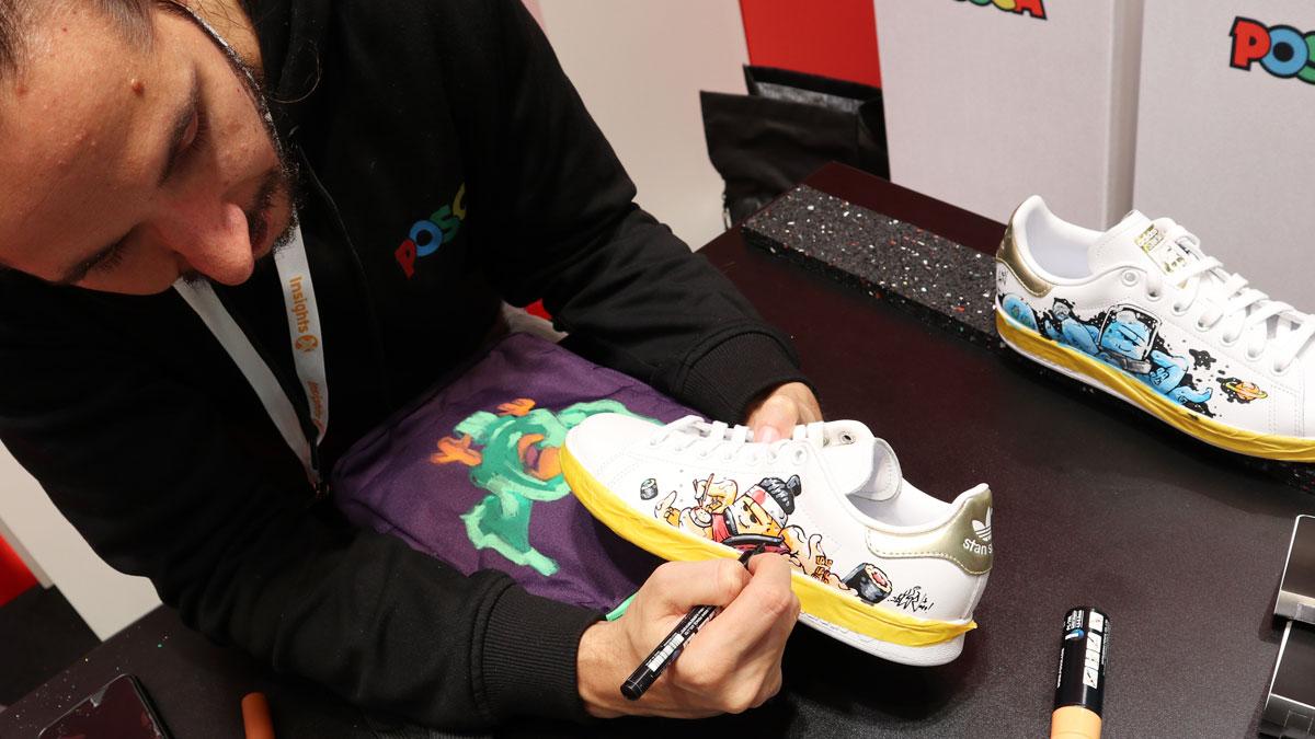 KL52 verschönert den einfachen weißen Sneaker mit seinen typischen Figuren mit dem Posca Markern.