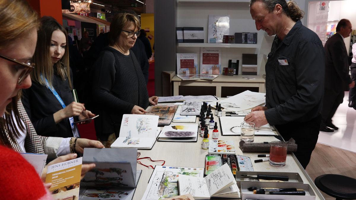 Jens Hübner präsentiert Papier und Farben für Hahnemühle und Schmincke.