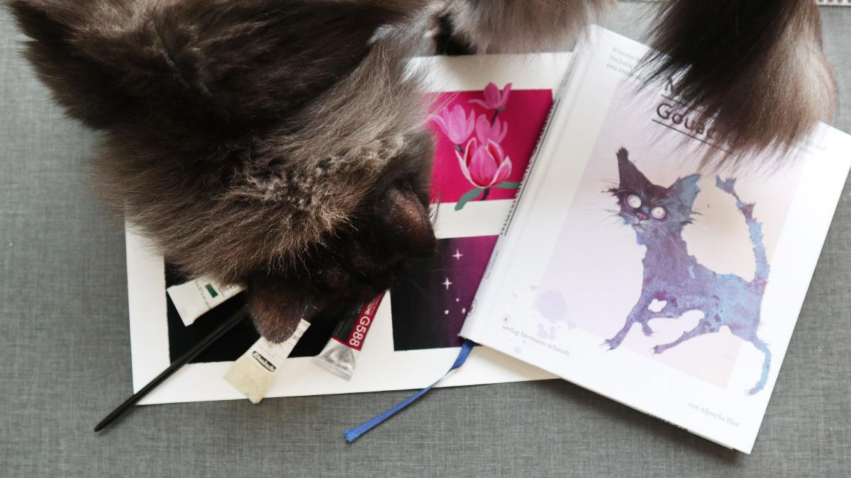 Keine Ahnung wie andere Blogger ihre Katzen geschickt ins Bild gelegt bekommen, mein Kater photobombt einfach lieber vollflächig.