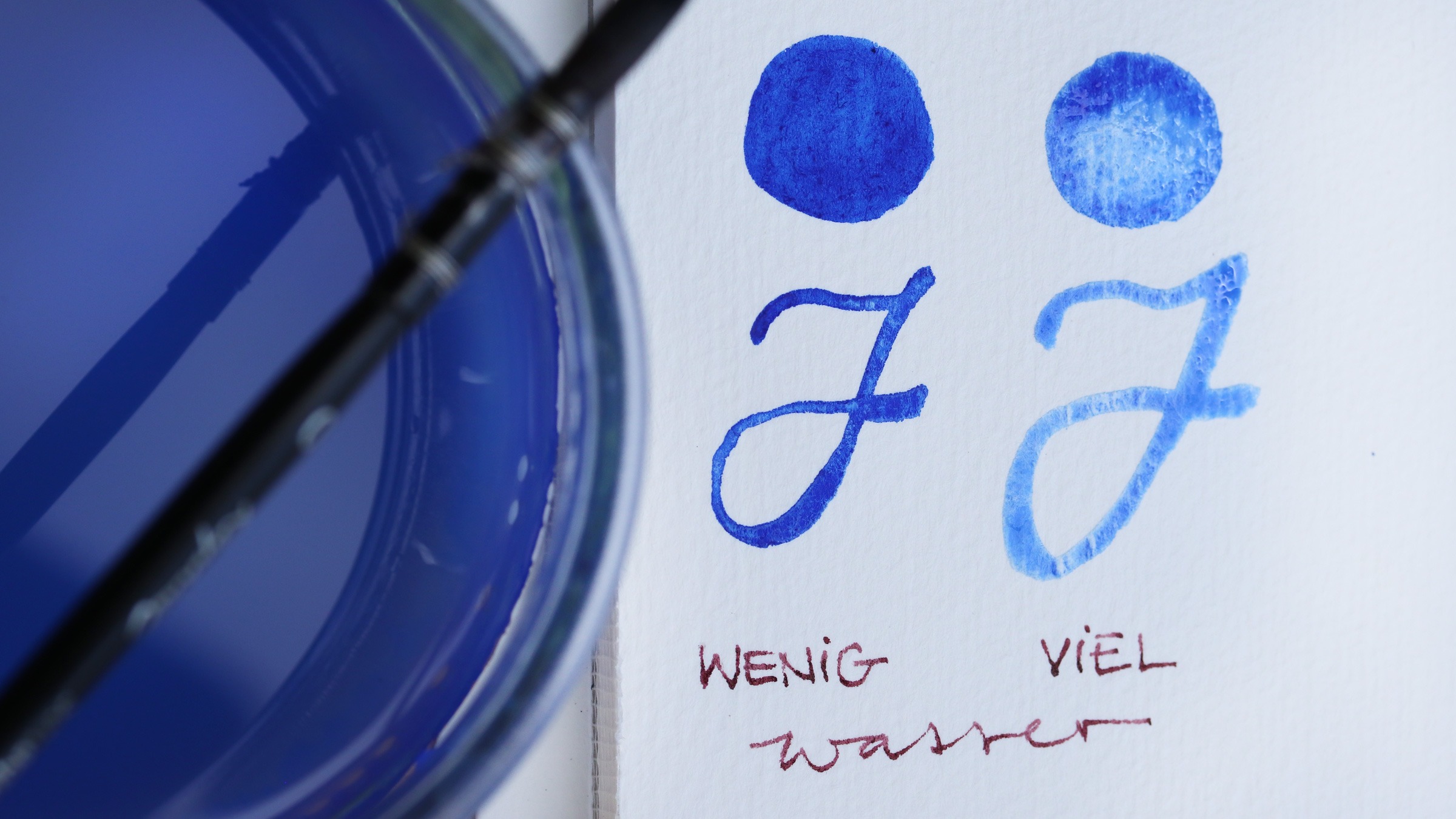Granulierende Aquarellfarbe – Schmincke Ultramarin Blau: Anlösen der Pigemente mit viel oder wenig Wasser