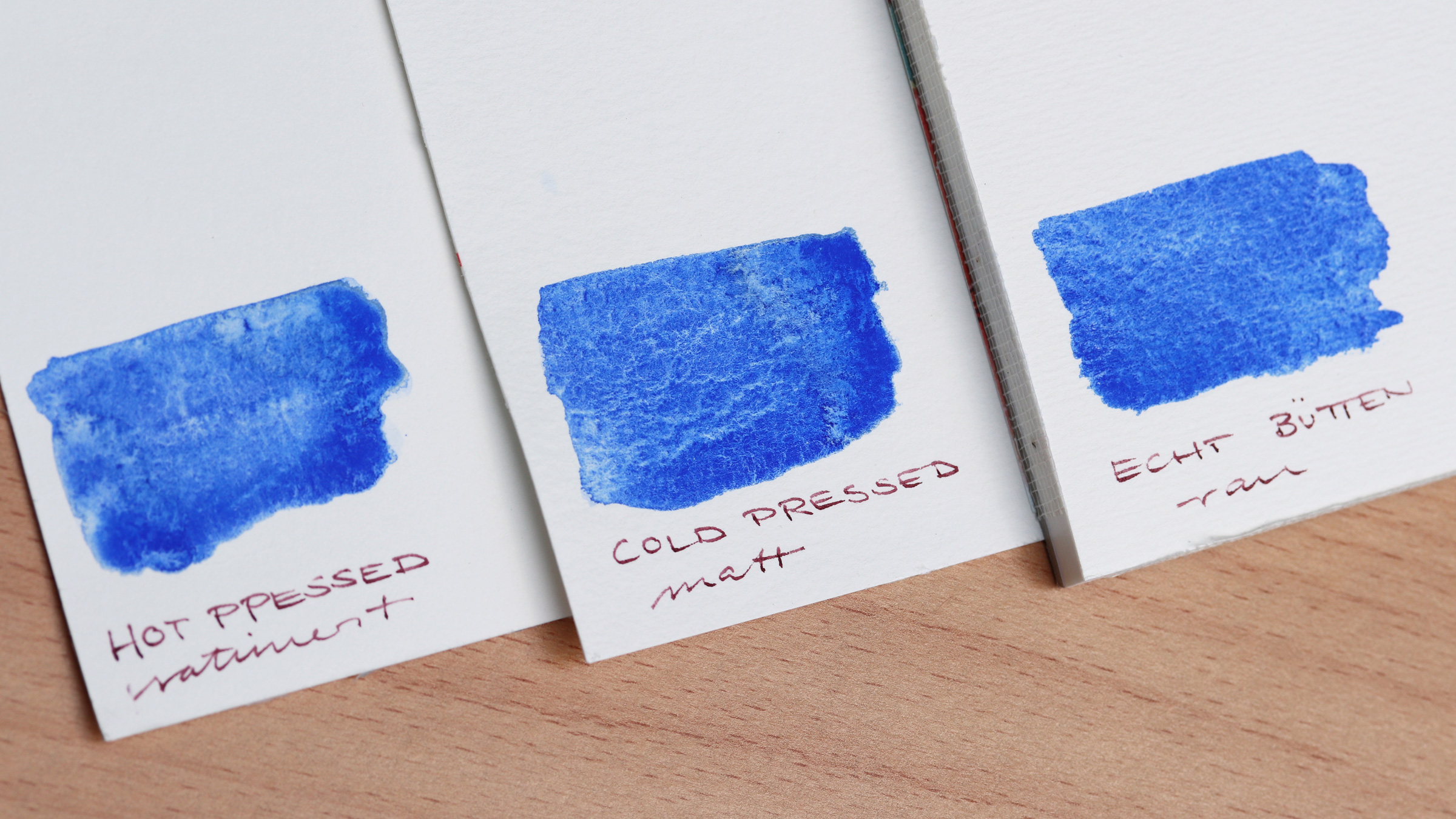 Granulierende Aquarellfarbe – Schmincke Französisch Ultramarin Blau (493) auf verschiedenen Aquarellpapieren: Hot pressed/satiniert, cold pressed/matt und Echt Bütten/rau.