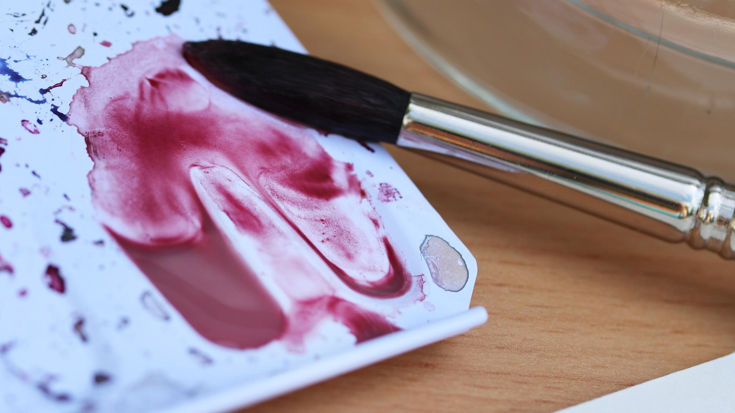 Granulierende Aquarellfarbe – Potters Pink Anlösen der Pigemente mit viel Wasser auf der Palette des Malkastens.