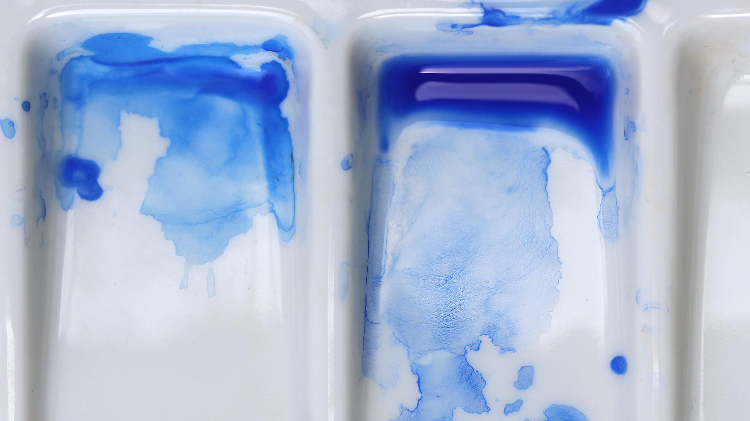 Granulierende Aquarellfarbe – Schmincke Ultramarin Blau: Anlösen der Pigemente mit viel Wasser und Granulierung (Sedimentation) auch auf der Mischpalette