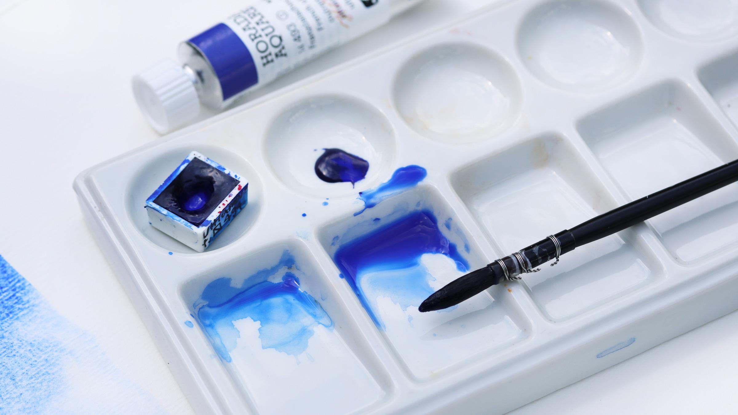 Granulierende Aquarellfarbe – Schmincke Ultramarin Blau: Anlösen der Pigmente mit viel Wasser