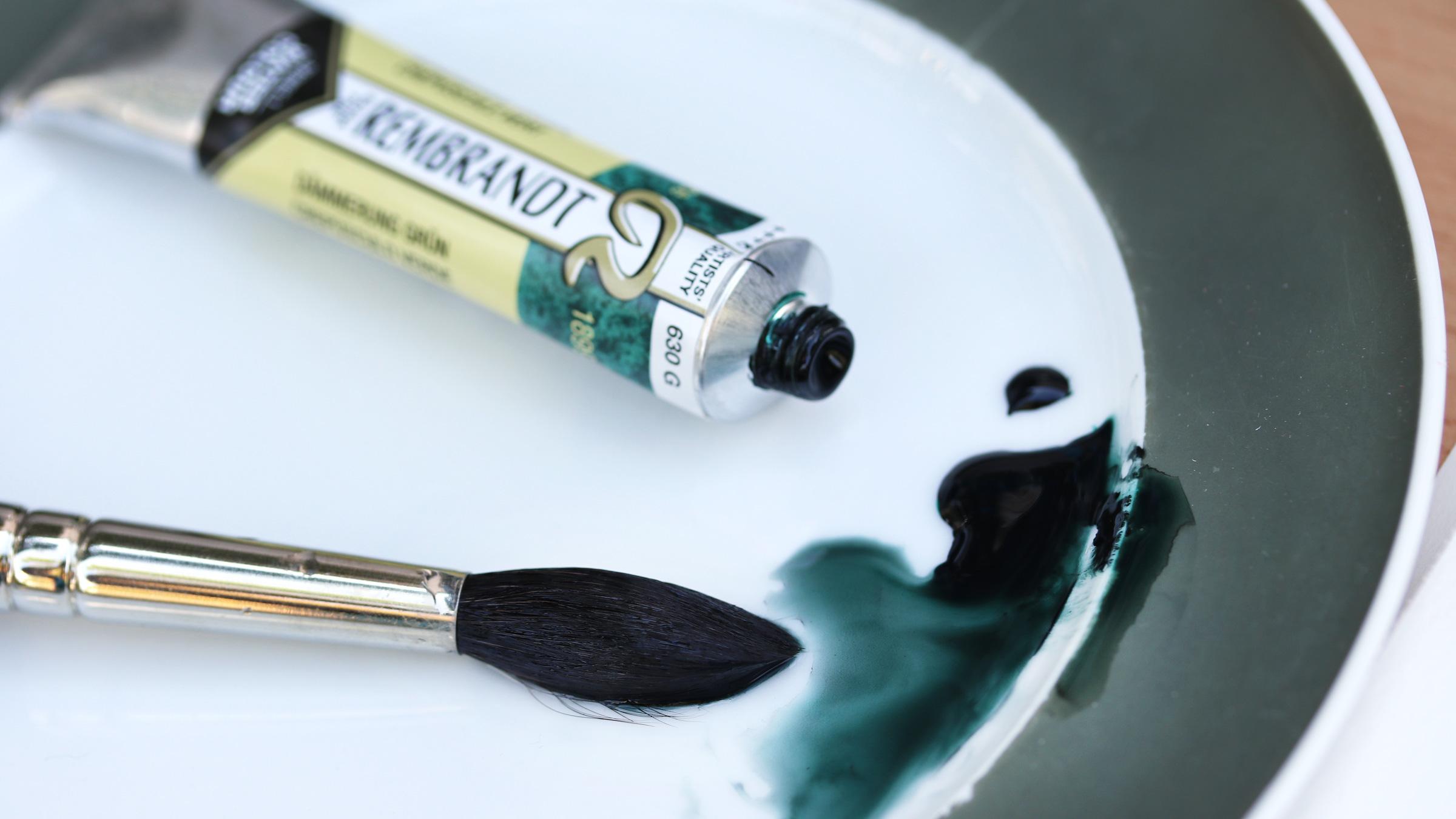 Granulierende Aquarellfarbe – Royal Talens Dämmerungsgrün Tube und feuchte Farbe.