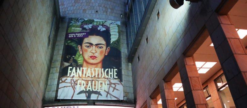 Eingang der SCHIRN Kunsthalle Frankfurt mit dem Selbstportrait von Frida Kahlo als Gesicht der Ausstellung Fantastische Frauen.