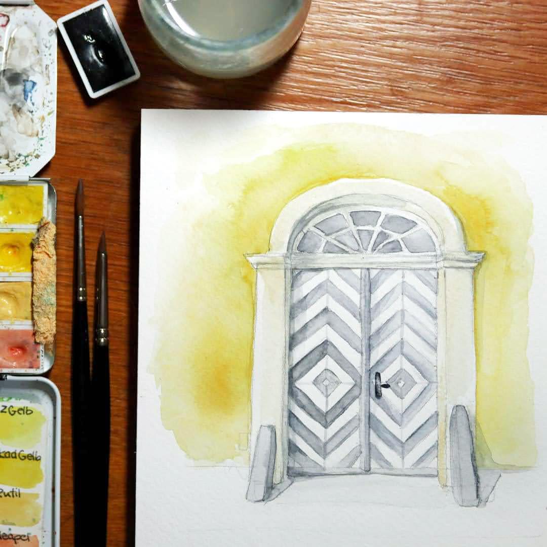 Rutilgelb (eine deckende Farbe mit Weißpigment) für die Fassade, Neutralgrau für die alte Holztür.
