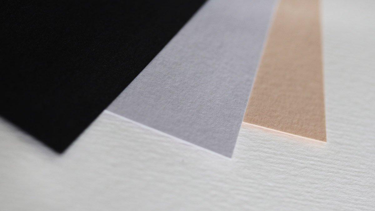 Getöntes Aquarellpapier gibt es unter anderem in Schwarz, Grau oder Beige.