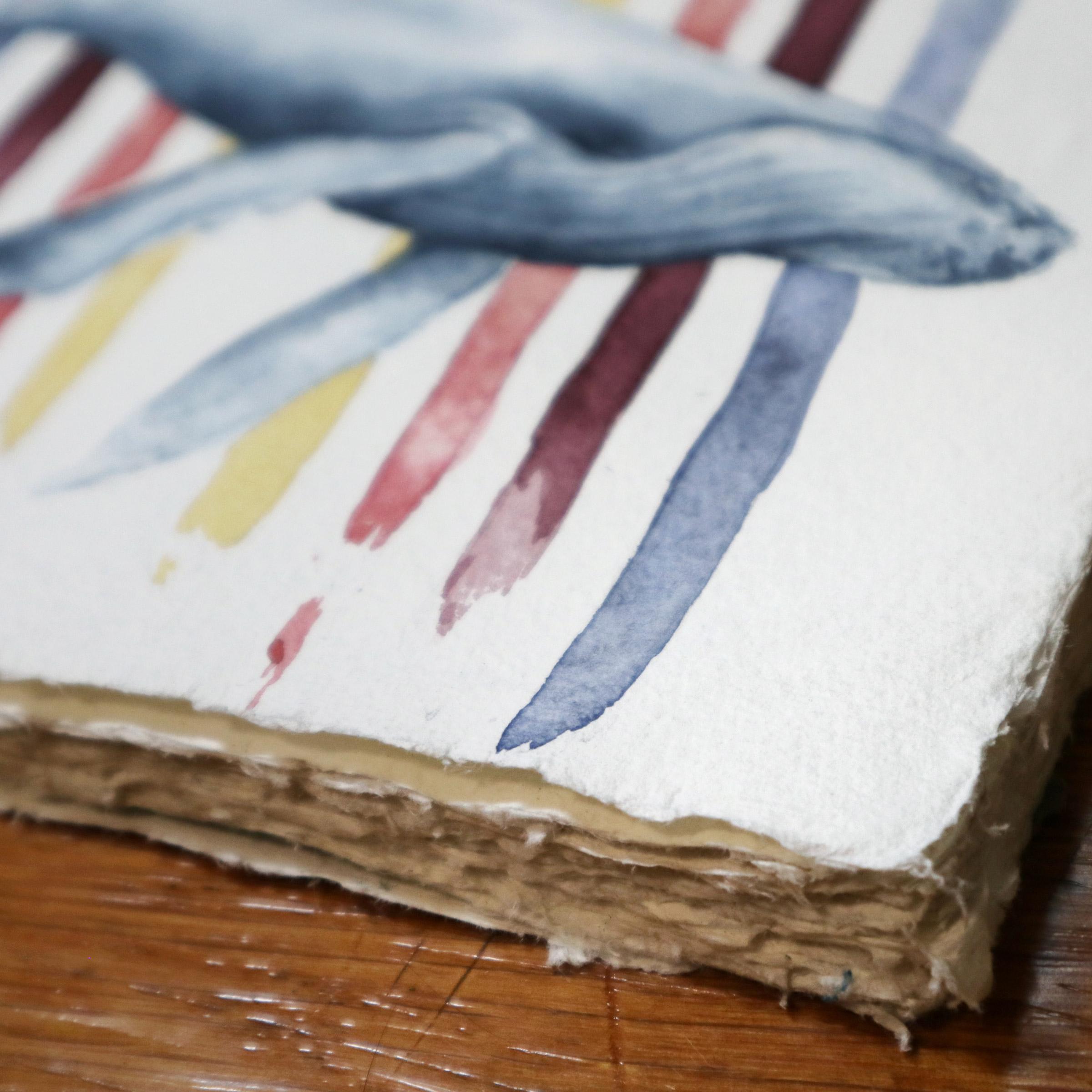 """Der schöne ausgefaserte Büttenrand des """"Recycled Cotton Rag"""" Skizzenbuches von Khadi Papers."""
