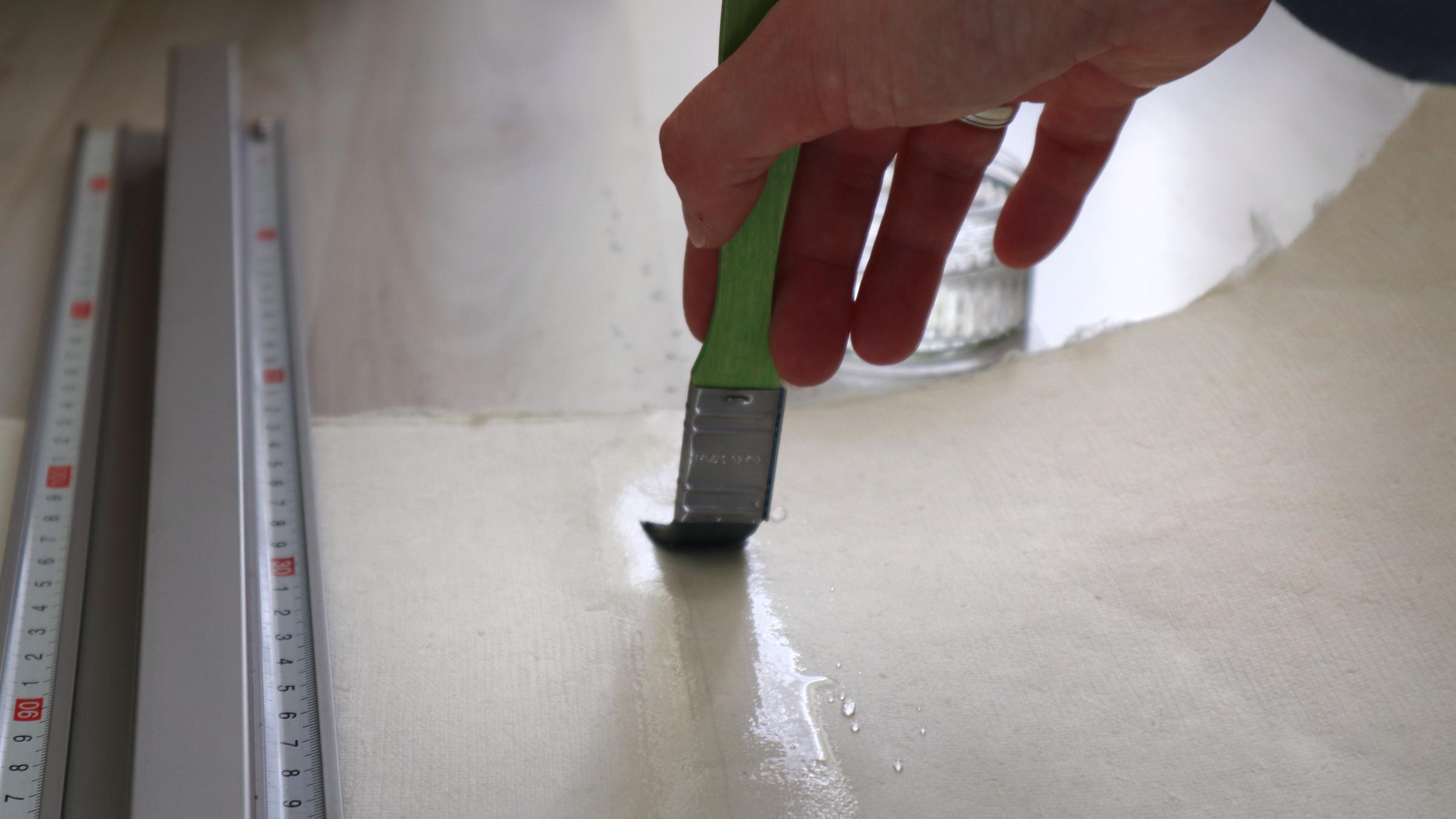 Das Echt Büttenpapier gut mit Wasser weichen damit die Fasern sich gleich gut trennen.