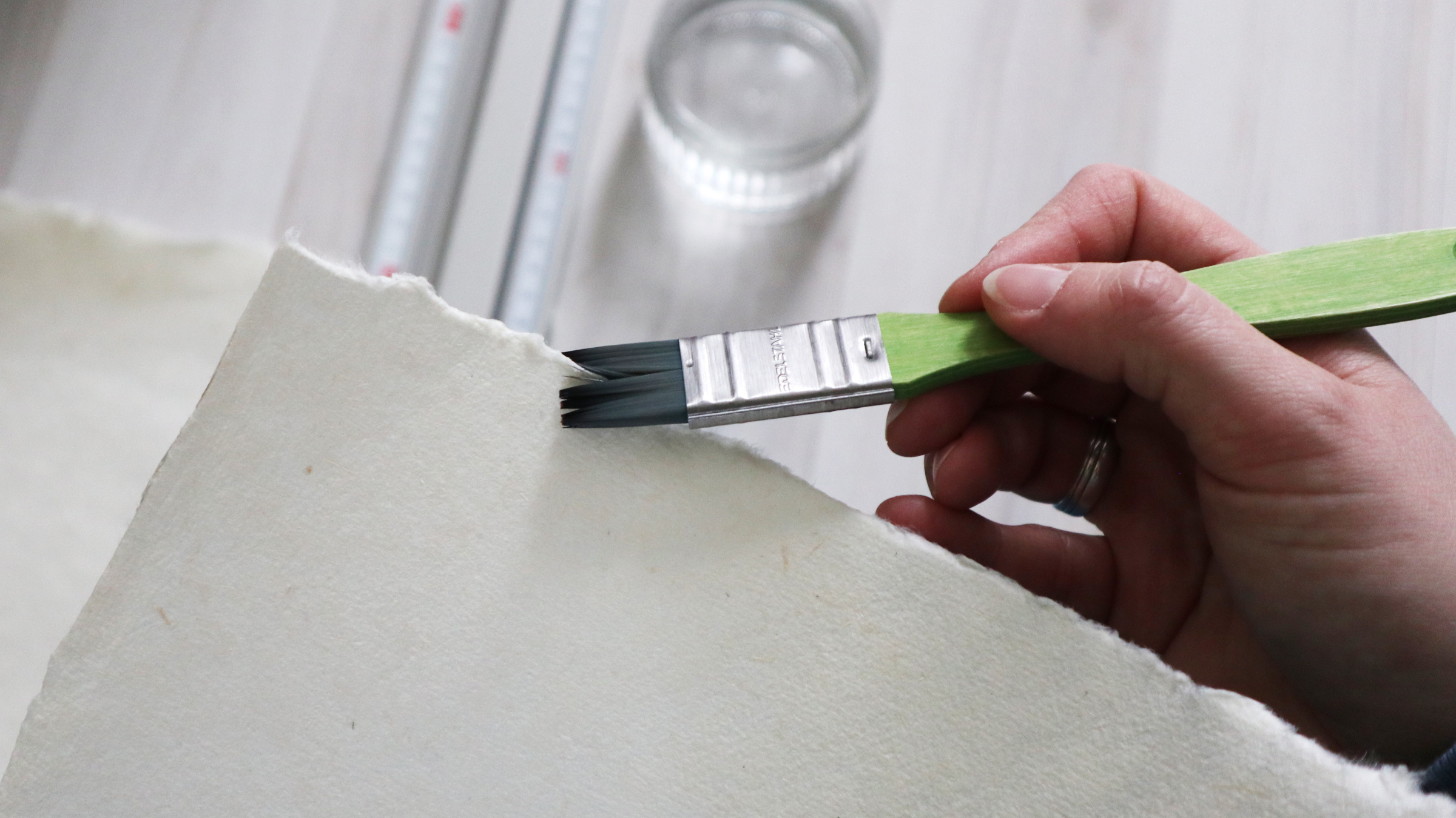 Bearbeiten der gerissenen Kanten mit Wasser um die Fasern wieder zusammen zu drücken