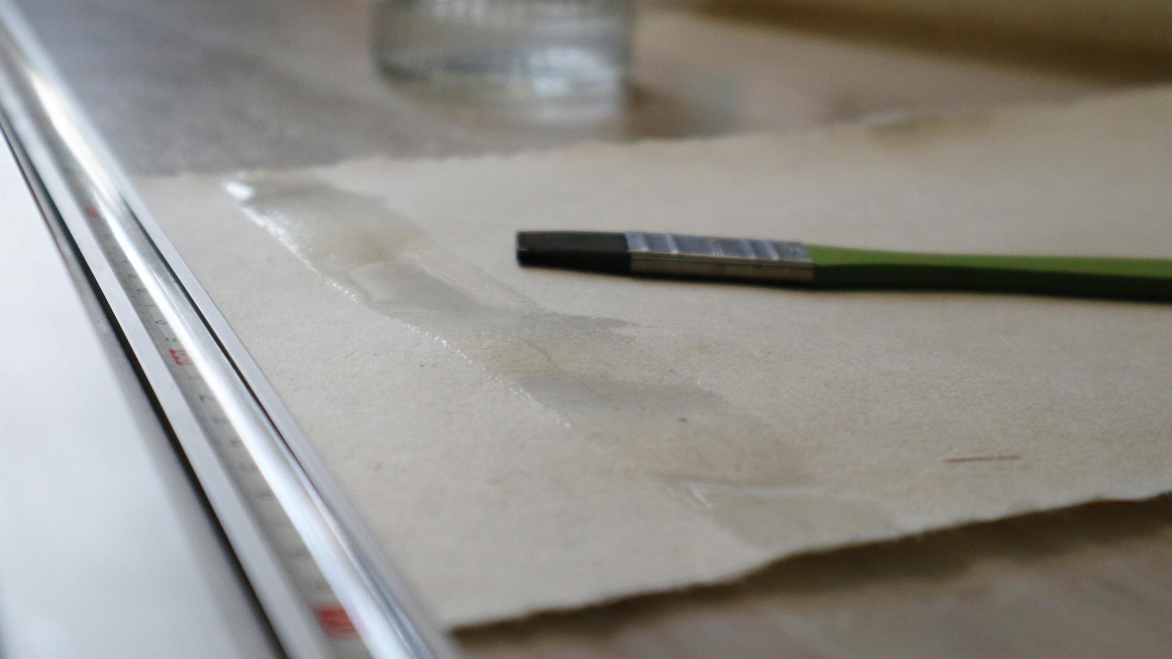 Handgeschöpftes Papier hält durch die ungleichmäßige Faserrichtung viel aus, auch viel Wasser.