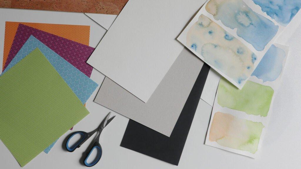 Papier als Grundmaterial für Collagen und Paper Cuts.