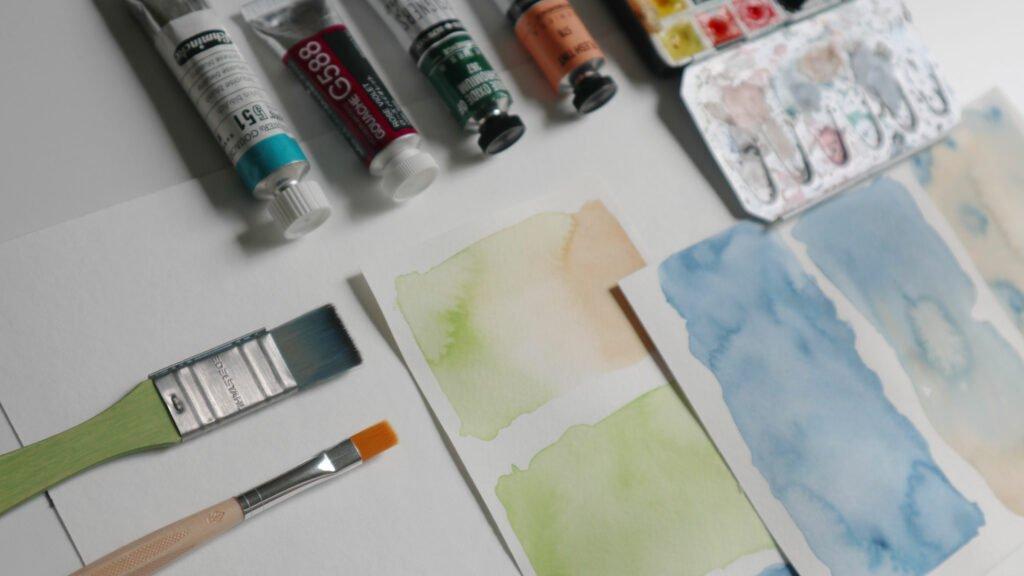 Farbige Papiere kann man auch sehr gut selbst erstellen durch Bemalen mit Aquarelle oder Gouache.