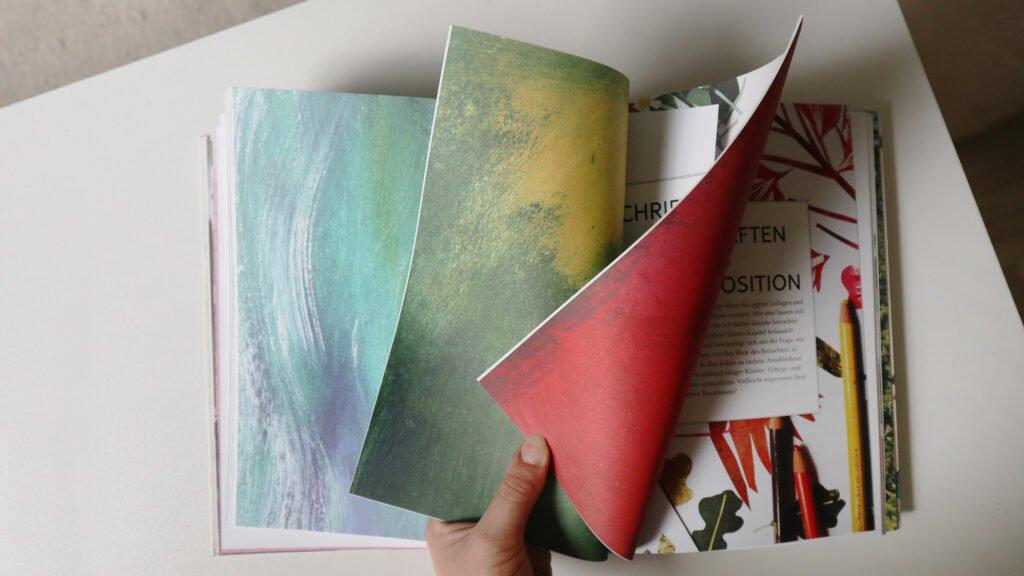 Trennblätter zwischen den Kapiteln mit typischen Farbtexturen aus Acryl oder Gouache.