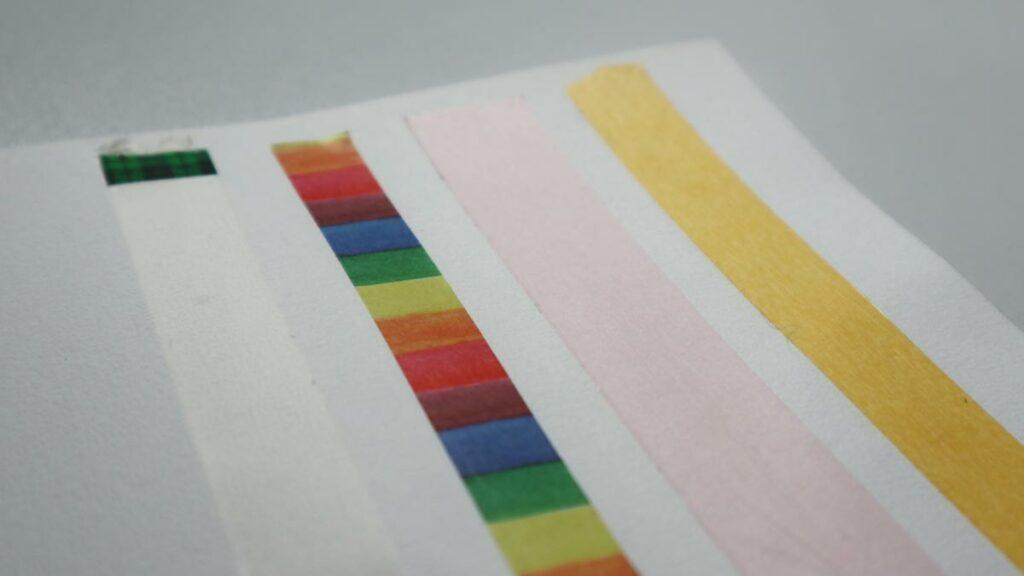 Härtetest für Klebebänder: Scotch Magic Tape, ein Washi Tape, Tesa Sensitive und ein Klebeband von Gerstaecker auf reinem Baumwoll-Aquarellpapier.