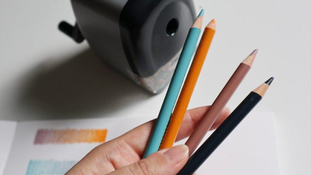 Buntstifte sollte man immer gut spitzen, am besten mit einem guten Spitzer, der das Holz nicht beschädigt.