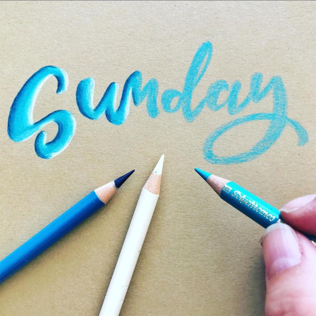 Farbverlauf im Handlettering: Kirsten Albers malt Licht und Schatten für den 3D-Effekt auf dem Schriftzug.
